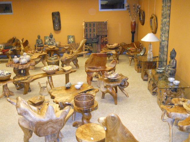 Rummet med teakrodsmøbler.